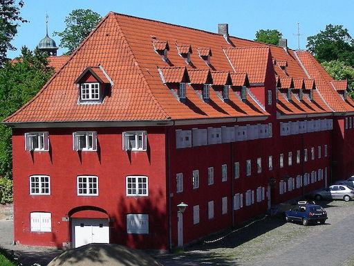 1200px-Kastellet_Soendre_Magasin_Copenhagen